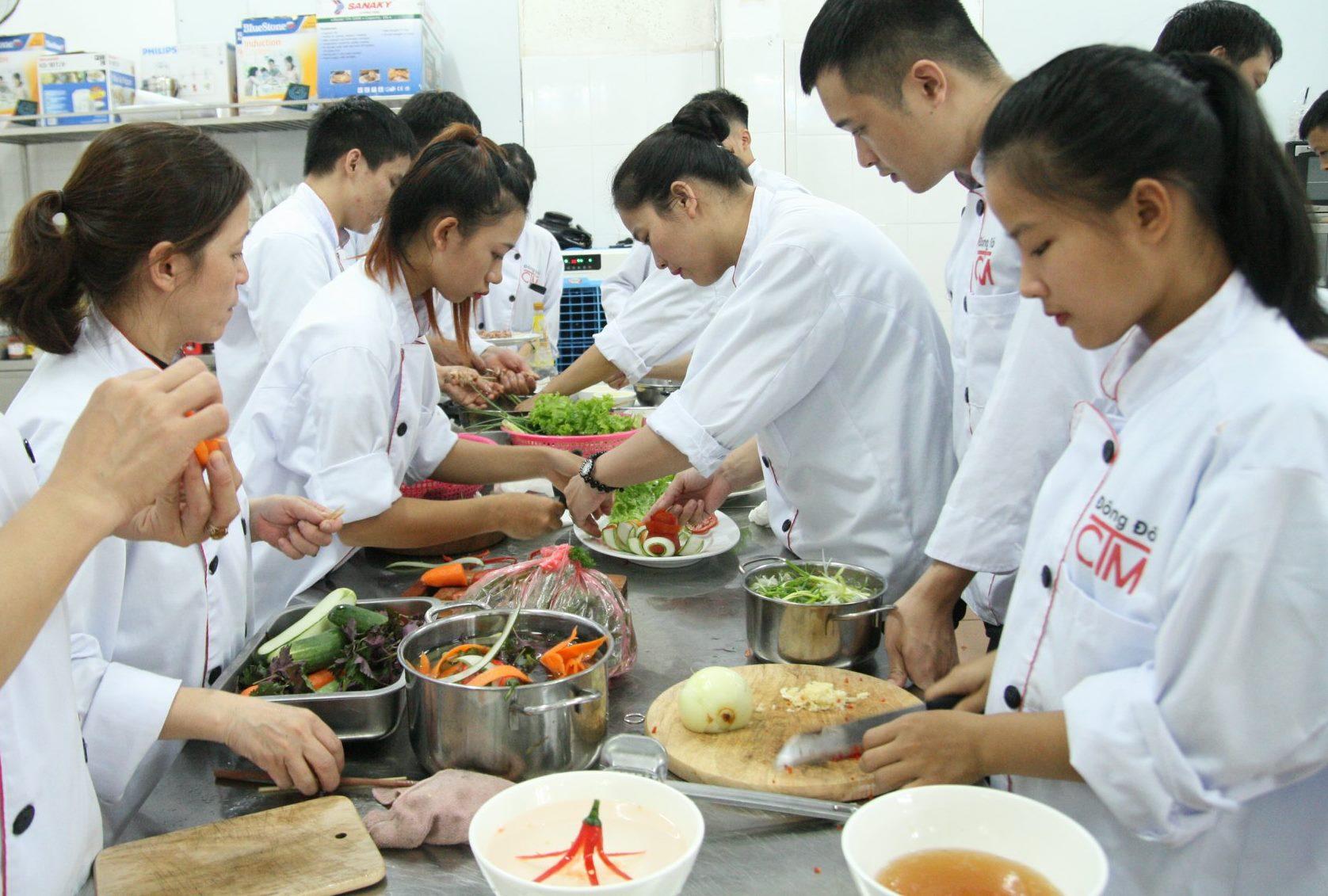 Phân công công việc hợp lí là thể hiện tính hệ thống của người đầu bếp
